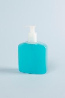 Gel desinfectante para manos en una botella con bomba