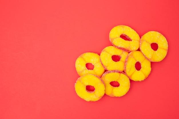 Gelatina de frutas círculo cortado en mesa roja