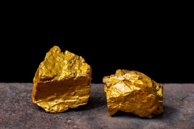Gemas de oro fueron excavadas en minas de oro.