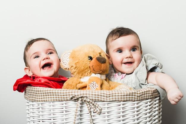 Gemelos bebé jugando