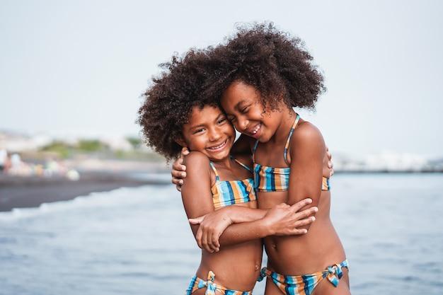 Gemelos divirtiéndose en la playa