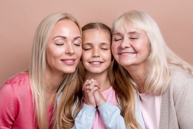 Generación de mujeres hermosas posando con los ojos cerrados
