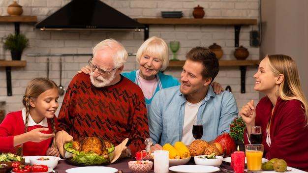 Generaciones familiares siendo felices juntos
