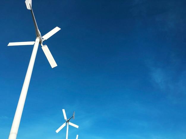 Generador de energía de la turbina de viento con el cielo azul