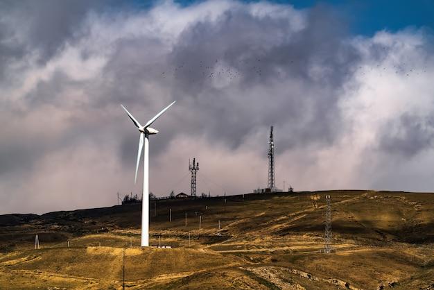 Generador de viento en la colina. energía verde