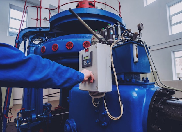 Generadores de turbinas, máquinas y tuberías.