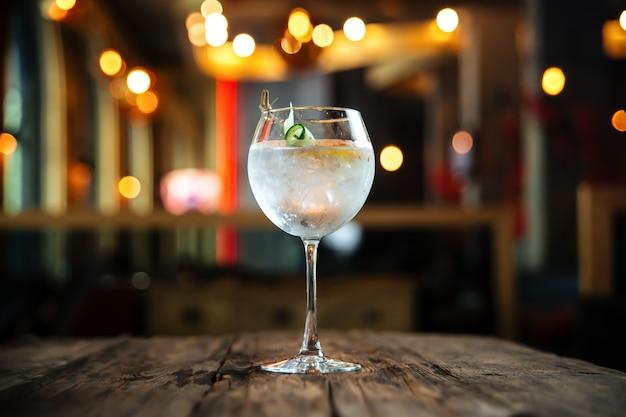 Genial cóctel gin tonic en la mesa de madera