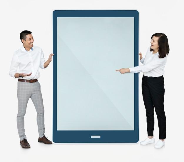 Gente alegre apuntando a una pantalla de tableta