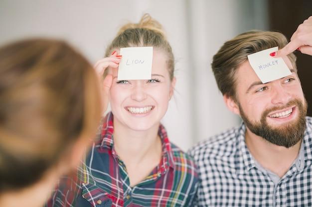 Gente alegre disfrutando del juego con asociaciones