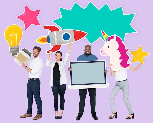 Gente alegre feliz con iconos de idea creativa