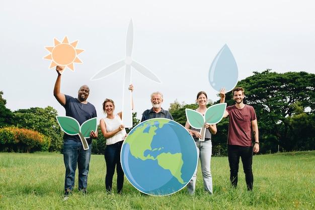 Gente alegre con iconos de conservación de energía.