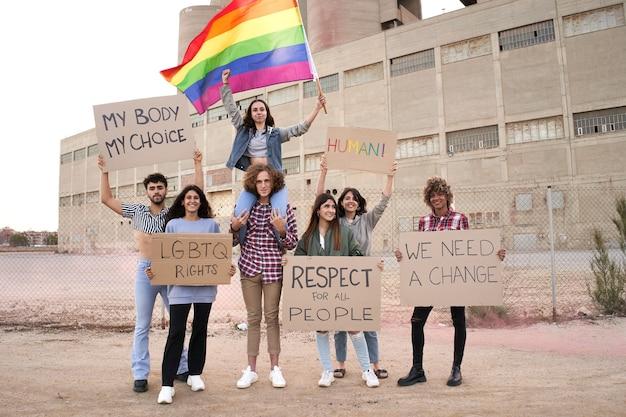 Gente alegre orgullo gay y manifestación lgbt.