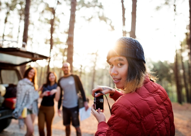 Gente amistad hangout viajar destino trekking cámara disparar concepto