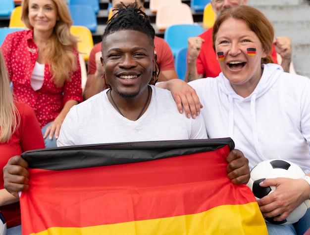 Gente animando al equipo de fútbol de su país.