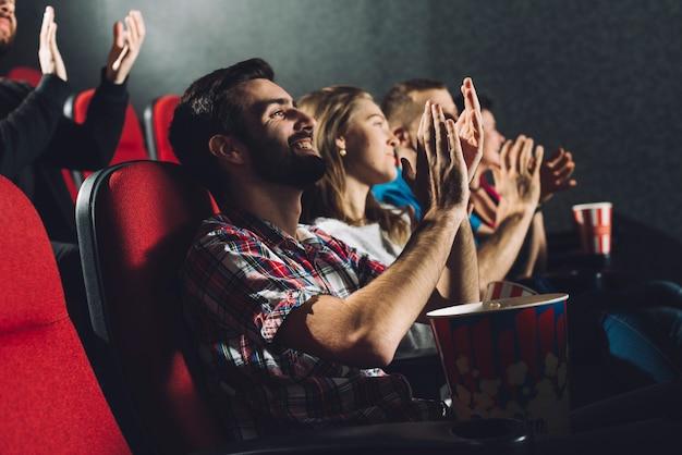Gente aplaudiendo a la película