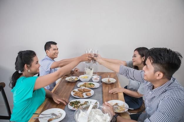 Gente asiática almorzando