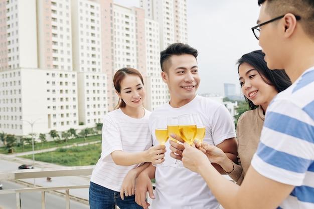 Gente asiática disfrutando de fiesta en la azotea
