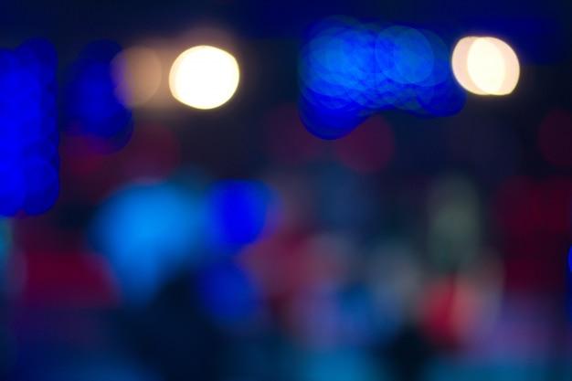 Gente bailando en el club nocturno fondo borroso. hermosas luces borrosas