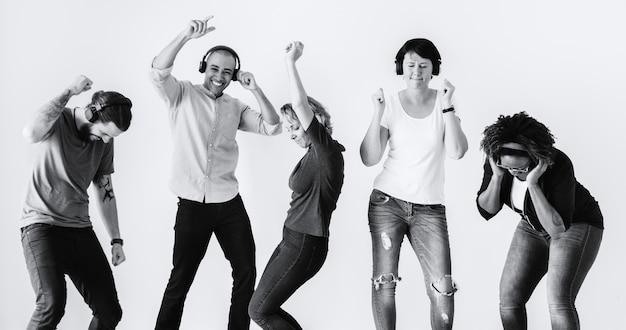 Gente bailando con la música
