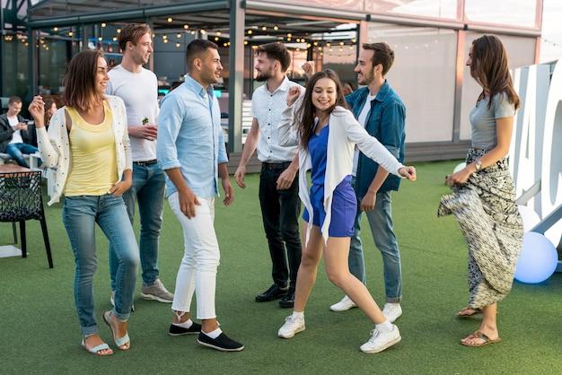 Gente bailando en una fiesta en la terraza.