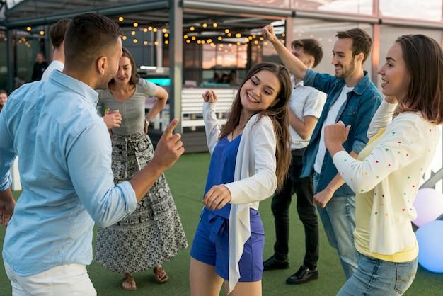 Gente bailando en una fiesta