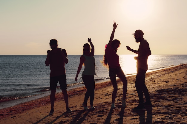 Gente bailando en verano