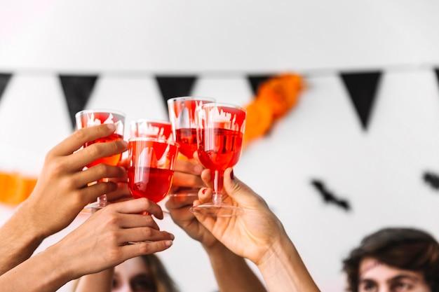 La gente bebe de vasos con sangre pintada