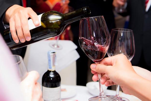 La gente bebe vino disfruta de la noche, gente de negocios fiesta celebración