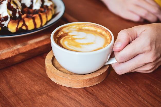 Gente bebiendo café con leche