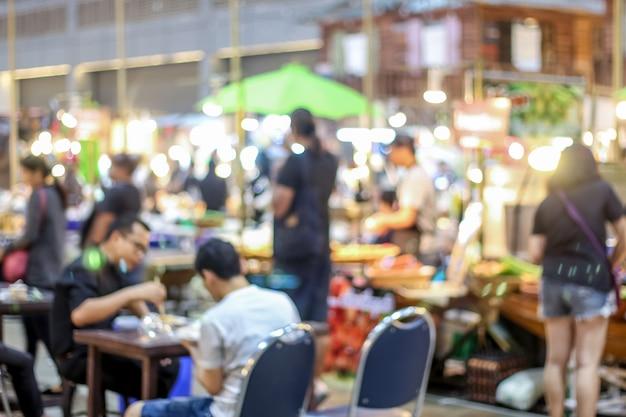 Gente borrosa caminando emplazamiento en el mercado de flotadores