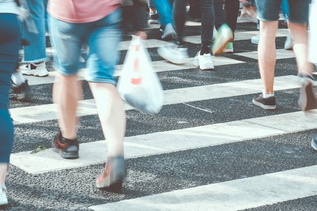 Gente borrosa cruzando la calle en un paso de cebra