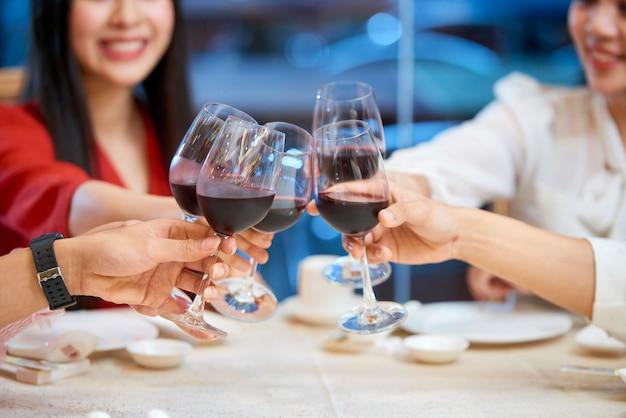 Gente brindando con copas de vino