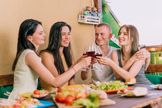 Gente brindando vino en una fiesta en la azotea
