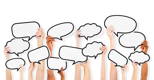 Gente con burbujas de discurso