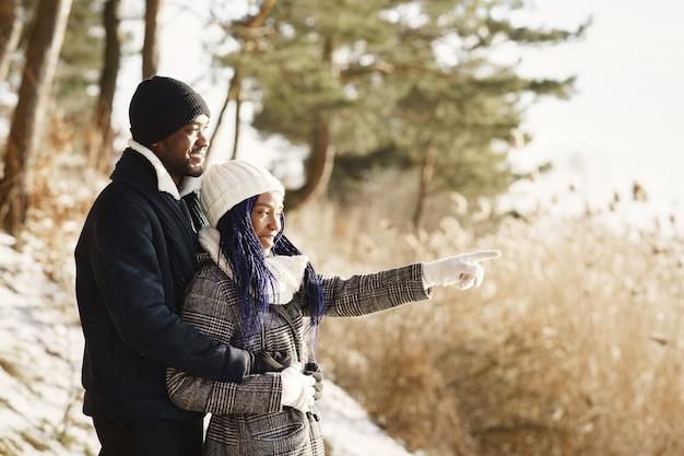 La gente camina afuera. día de invierno. pareja africana