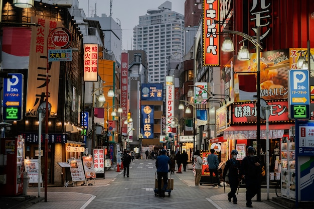 Gente caminando por la calle de japón por la noche