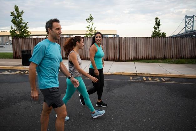 Gente caminando juntos al aire libre plano medio