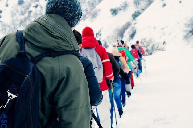 Gente caminando en las montañas