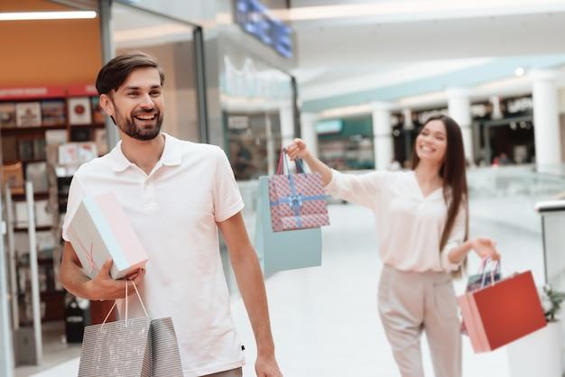 La gente está caminando de una tienda a otra en el centro comercial.