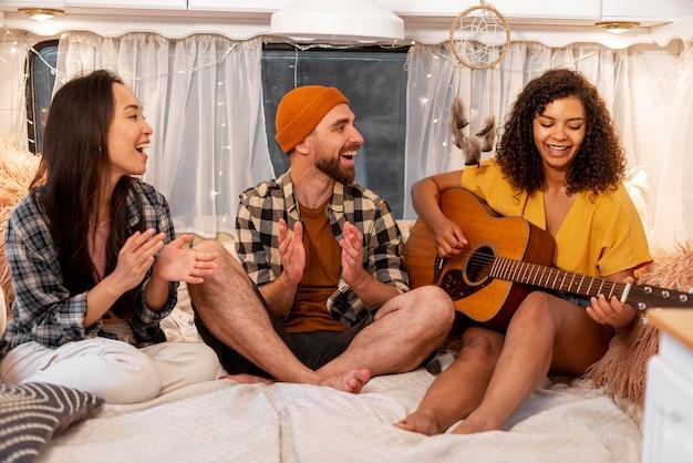 Gente cantando juntos concepto de viaje por carretera de aventura