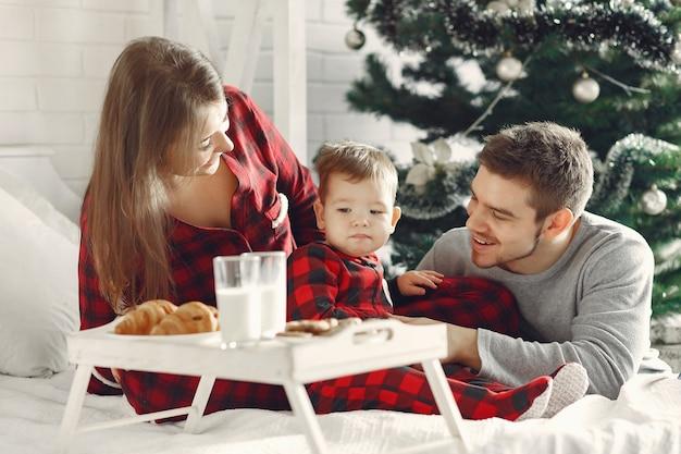 Gente en casa. familia en pijama. leche y croissants en una bandeja.
