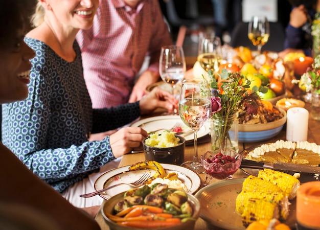 La gente celebra el día de acción de gracias.