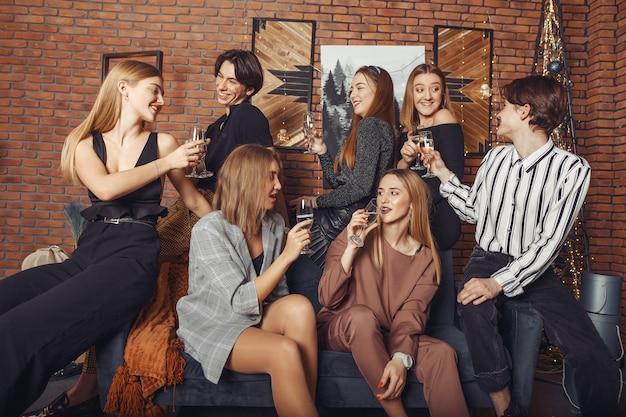 Gente celebrando un año nuevo con champaña