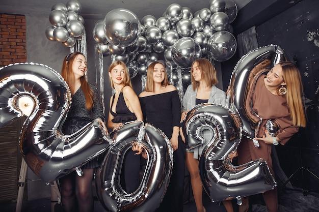 Gente celebrando un año nuevo con grandes globos