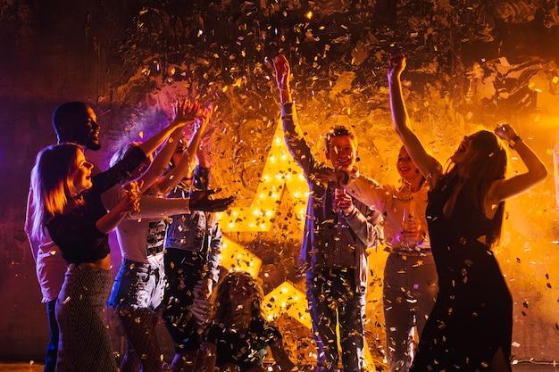 Gente, celebrando, noche