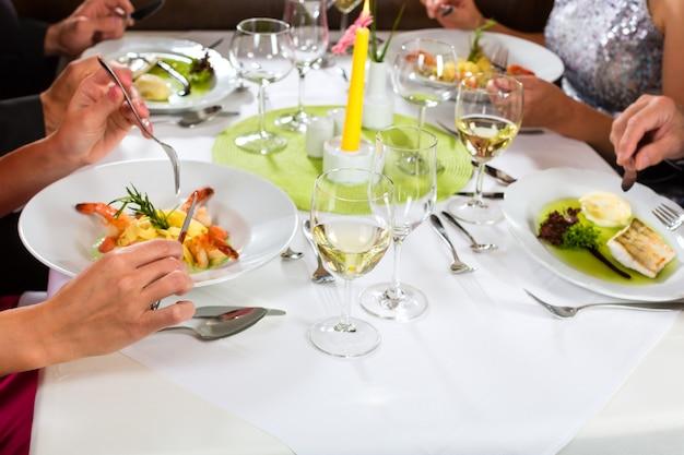 Gente cenando en un elegante restaurante