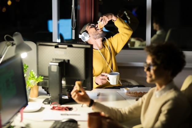 Gente comiendo bocadillos en el trabajo