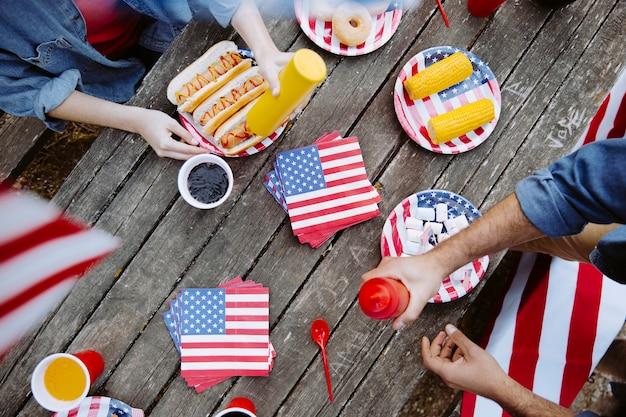 La gente comiendo en la mesa