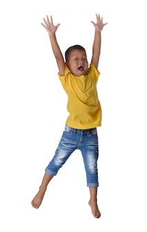 La gente del concepto feliz pequeño muchacho asiático que salta en felicidad del aire, niñez, libertad en el movimiento