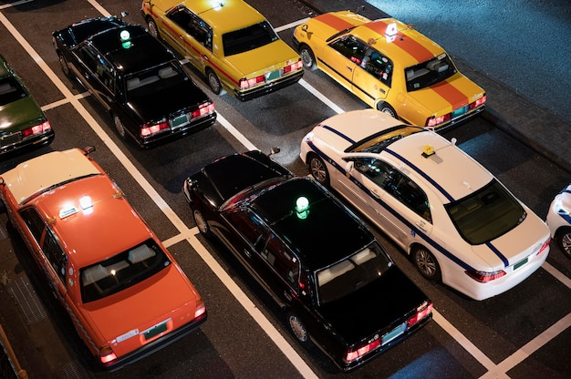 Gente conduciendo autos en la calle de la ciudad.